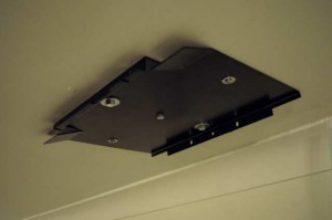 Low profile ceiling bracket for LS9600